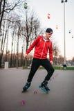 Ноги конькобежца ролика в коньках на дорожке асфальта Стоковая Фотография