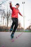 Ноги конькобежца ролика в коньках на дорожке асфальта Стоковое Фото