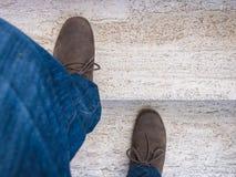 Ноги которые взбираются мраморная лестница Стоковые Фотографии RF