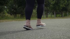 Ноги, который побежали вдоль дороги сток-видео