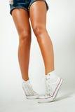 Ноги красивой девушки в тапках стоковые фотографии rf