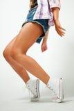 Ноги красивой девушки в тапках стоковые изображения