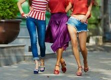 Ноги красоты девушек на улице города Стоковые Фотографии RF