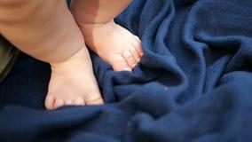 Ноги крепкого ребенк стоя на темно-синем листе летом в замедленном движении видеоматериал