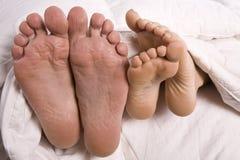 ноги кровати укомплектовывают личным составом женщину s Стоковые Изображения