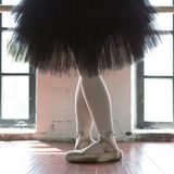 Ноги крупного плана балерины Ноги балерины в старом pointe Балерина репетиции в зале Свет контура из окна стоковая фотография