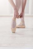 Ноги крупного плана балерины кладут дальше ботинки балета pointe Стоковые Изображения RF
