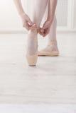 Ноги крупного плана балерины кладут дальше ботинки балета pointe Стоковые Фотографии RF
