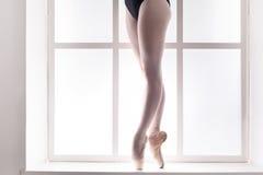 Ноги крупного плана молодой балерины в ботинках pointe, практики балета Стоковое фото RF