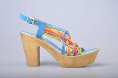 ноги крупного плана предпосылки различные кренят высокие изолированные спорты тапок ботинок красного цвета ног 2 нося женщины бел Стоковое Фото