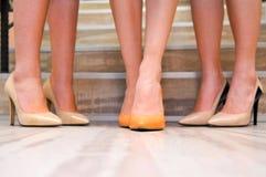 ноги крупного плана предпосылки различные кренят высокие изолированные спорты тапок ботинок красного цвета ног 2 нося женщины бел Стоковое Изображение
