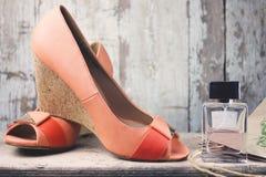 ноги крупного плана предпосылки различные кренят высокие изолированные спорты тапок ботинок красного цвета ног 2 нося женщины бел Стоковые Изображения RF