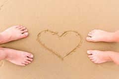 ноги любя пар barefoot на песке Стоковые Фото