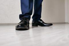 ноги людей в черном конце-вверх ботинок стоковое изображение