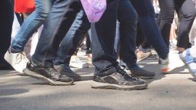 Ноги людей толпы идя на улицу Конец-вверх ног толпы сток-видео