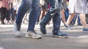 Ноги людей толпы идя на улицу Конец-вверх ног толпы акции видеоматериалы