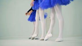 Ноги маленьких девочек в процессе делать тренировки балета сток-видео