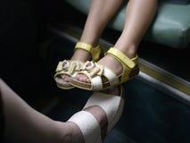Ноги маленькой девочки в сандалиях стоковое изображение