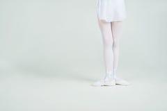 Ноги маленькой молодой балерины представляют на камере Стоковое фото RF