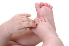 ноги младенца вручают s стоковое изображение