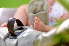 Ноги младенца в прогулочной коляске Стоковые Фото