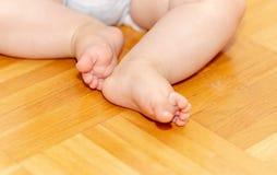 Ноги младенца на поле 2 Стоковое Изображение RF