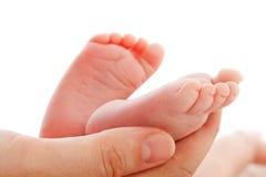 ноги младенца держа мать newborn Стоковые Фотографии RF
