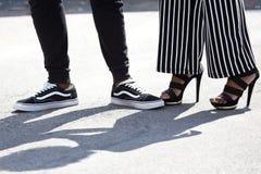 Ноги модно одели людей и женщин стоковое изображение rf