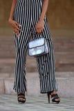 Ноги модно одетой женщины стоковое изображение