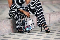 Ноги модно одетой женщины стоковые изображения rf