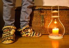 Ноги молодого человека, в смешных, уютных тапочках стоковые фотографии rf