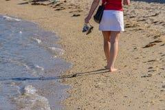 Ноги молодой женщины в конце прибоя вверх Стоковые Изображения