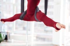 Ноги молодой женщины делая шпагат на гамаке Стоковая Фотография