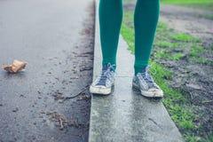 Ноги молодой женщины идя снаружи Стоковые Фото