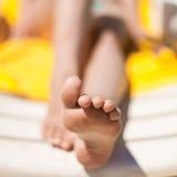 Ноги молодой женщины на пляже Стоковая Фотография