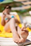 Ноги молодой женщины на пляже Стоковое Изображение RF