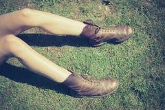 Ноги молодой женщины на траве Стоковые Фото