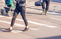 Ноги молодой женщины, пересекая городскую улицу Стоковые Изображения RF