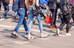 Ноги молодой женщины, пересекая городскую улицу Стоковая Фотография RF
