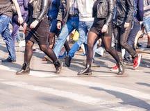 Ноги молодой женщины, пересекая городскую улицу Стоковые Фото