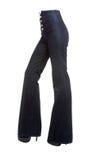Ноги молодой женщины с джинсыами дна колокола и шпильками платформы Стоковые Фотографии RF
