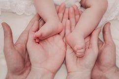 Ноги младенца в руках родителей Стоковая Фотография RF