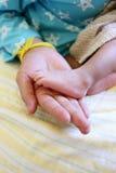 Ноги младенца в руке мамы Стоковая Фотография RF