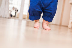 Ноги младенца первые шаги Стоковые Изображения