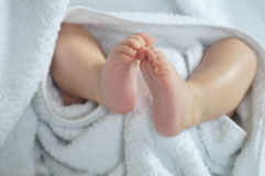 Ноги младенца под одеялом Стоковое фото RF