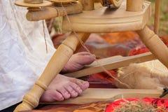 Ноги на педали шерстей закручивая под солнечным днем Стоковое Изображение RF