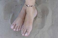Ноги на пляже Malvarrosa Валенсии Стоковые Фотографии RF