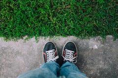 Ноги на поле и траве цемента Стоковые Фотографии RF