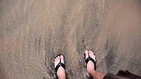 Ноги на пляже и покрытые с водой видеоматериал