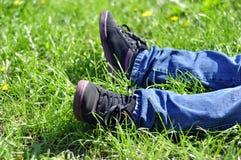Ноги на траве, предпосылке травы, траве в солнечном свете, части  Стоковое Изображение RF